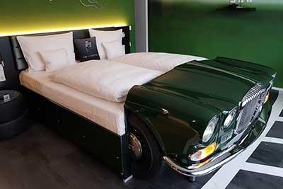 Jaguar-Zimmer im V8 Hotel